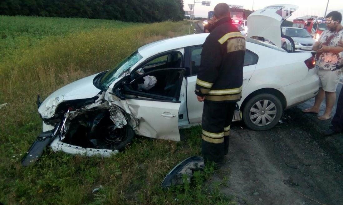 ФОТО: столкновение автовоза и иномарки под Ростовом едва не закончилось пожаром, фото-1