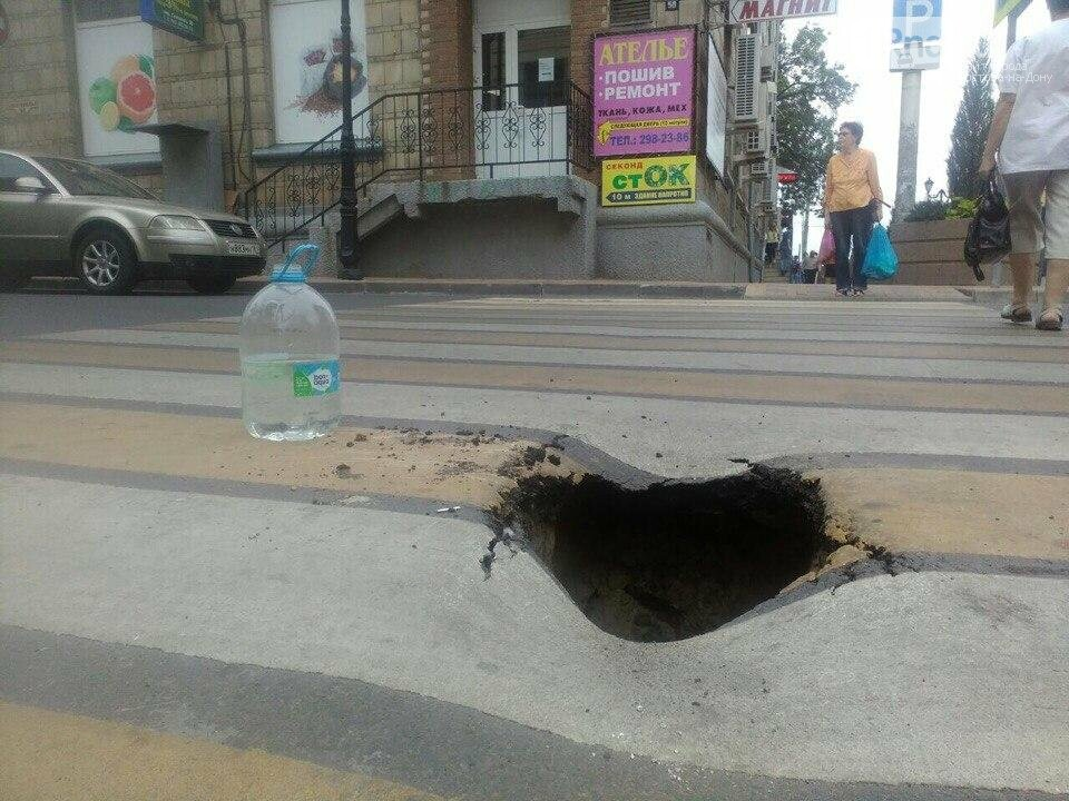 Патрульный автомобиль полиции провалился в люк в Ростове, фото-1