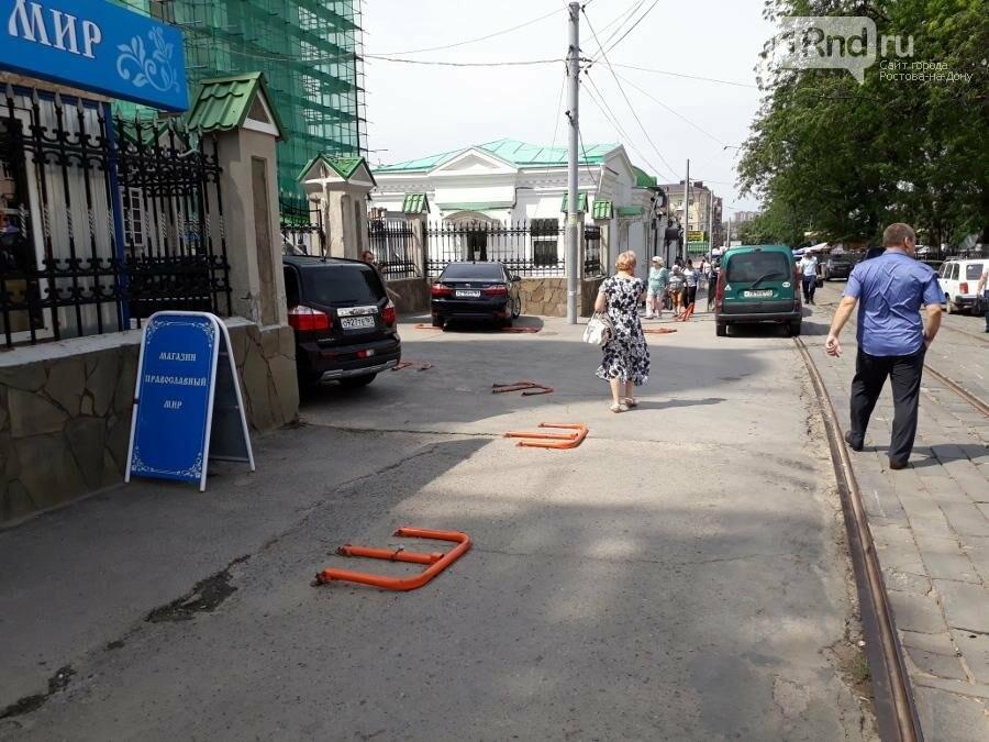 Соборная площадь в Ростове: бомжей прогнали, парковочные столбики поставили, фото-1, Фото автора
