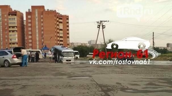 В Ростове на Темернике маршрутка провалилась в яму, фото-1