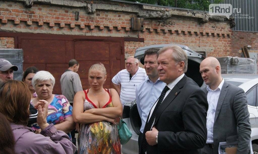 """31 мая 2016 года, встреча властей с жителями Шоссейной. Владимир Арцыбашев тогда сказал, что подтопления связаны с """"Ростов-Ареной"""", и пообещал изме..."""
