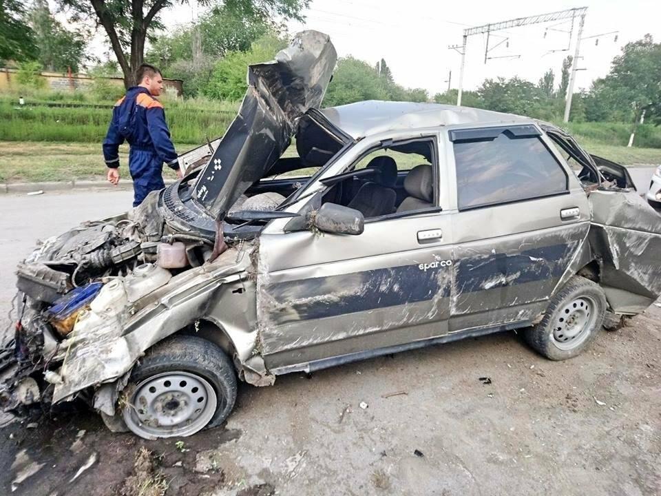 """В Красном Сулине 34-летняя женщина-водитель врезалась в бетонный забор, фото-7, Фото:группа """"Красный Сулин"""" в facebook """""""