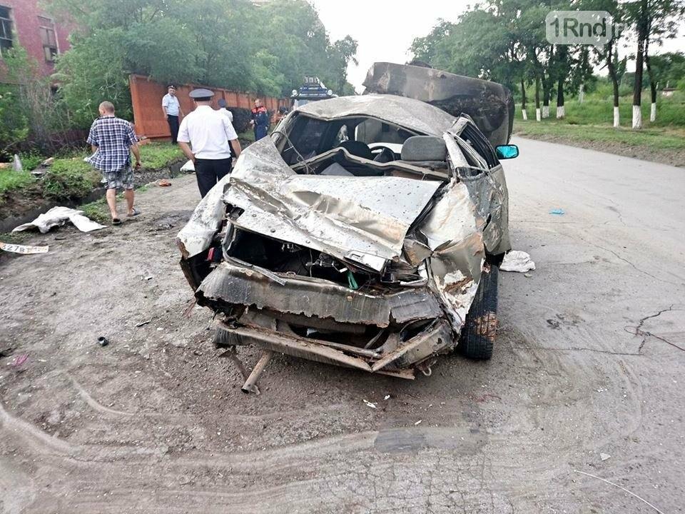 """В Красном Сулине 34-летняя женщина-водитель врезалась в бетонный забор, фото-3, Фото:группа """"Красный Сулин"""" в facebook """""""