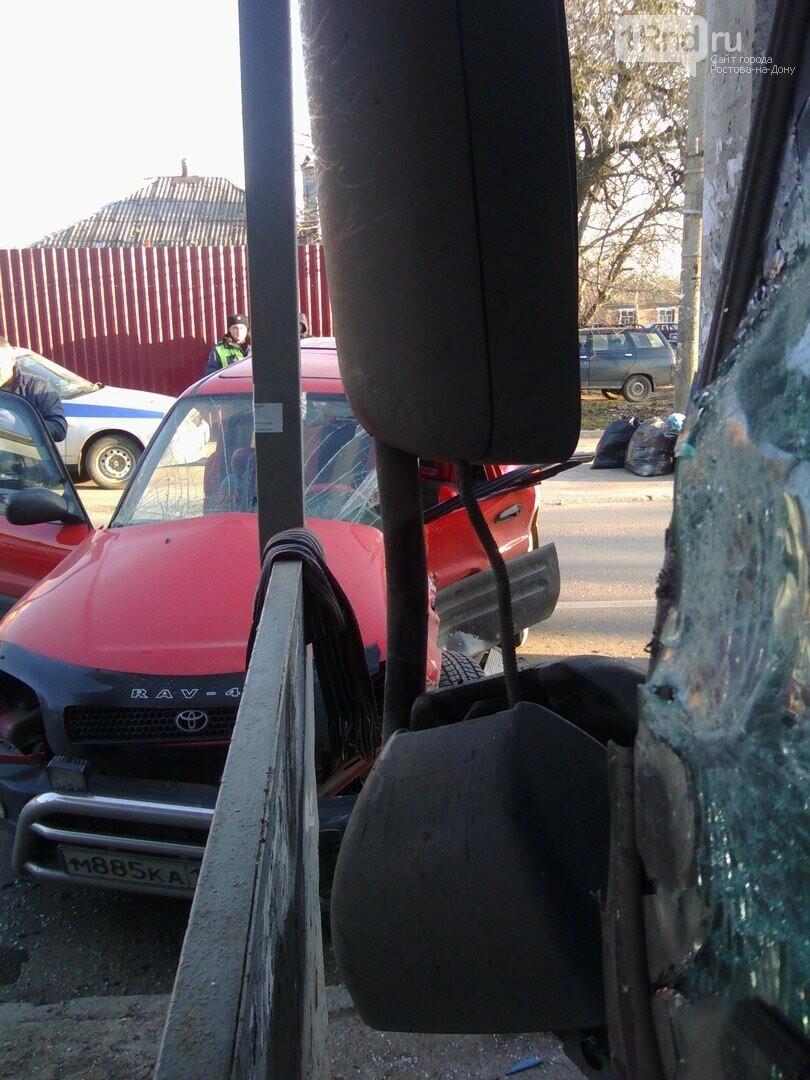 В Ростове столкнувшиеся грузовик и иномарка влетели в остановку, фото-1