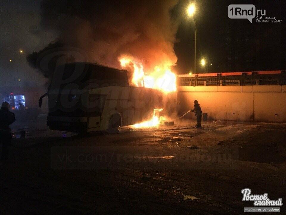 На Главном автовокзале Ростова сгорел автобус, следующий во Владикавказ, фото-1