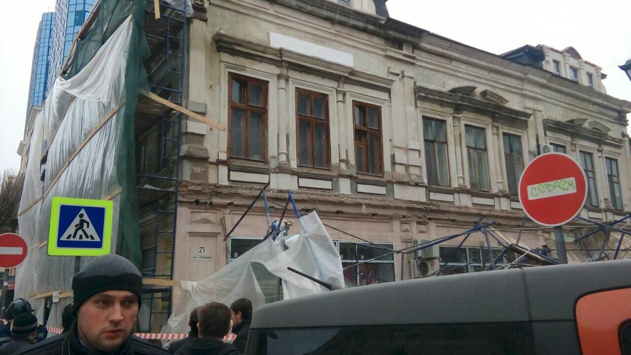 В центре Ростова на дорогу рухнули строительные леса - фото и видео, фото-3, Фото: Анна Дунаева