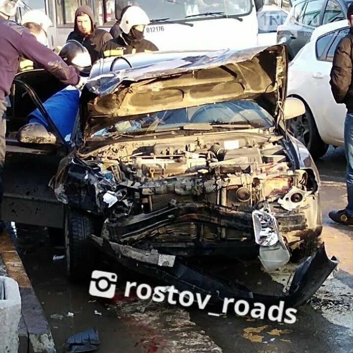 Месиво: две иномарки столкнулись на проспекте Стачки в Ростове, есть пострадавшие, фото-1