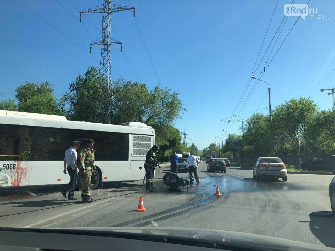 Серьезное ДТП на Малиновского в Ростове: мотоцикл въехал в автобус, фото-3, Фото: предоставлено очевидцем