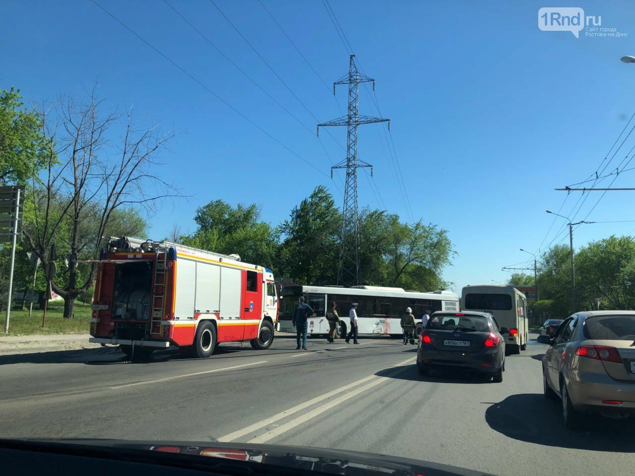 Серьезное ДТП на Малиновского в Ростове: мотоцикл въехал в автобус, фото-1