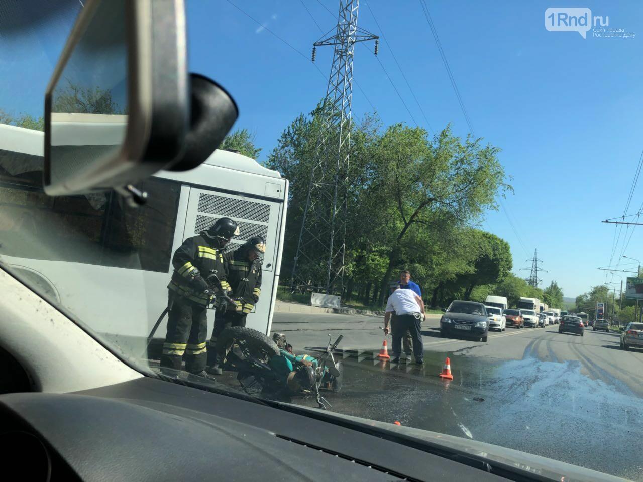 Серьезное ДТП на Малиновского в Ростове: мотоцикл въехал в автобус, фото-2, Фото: предоставлено очевидцем
