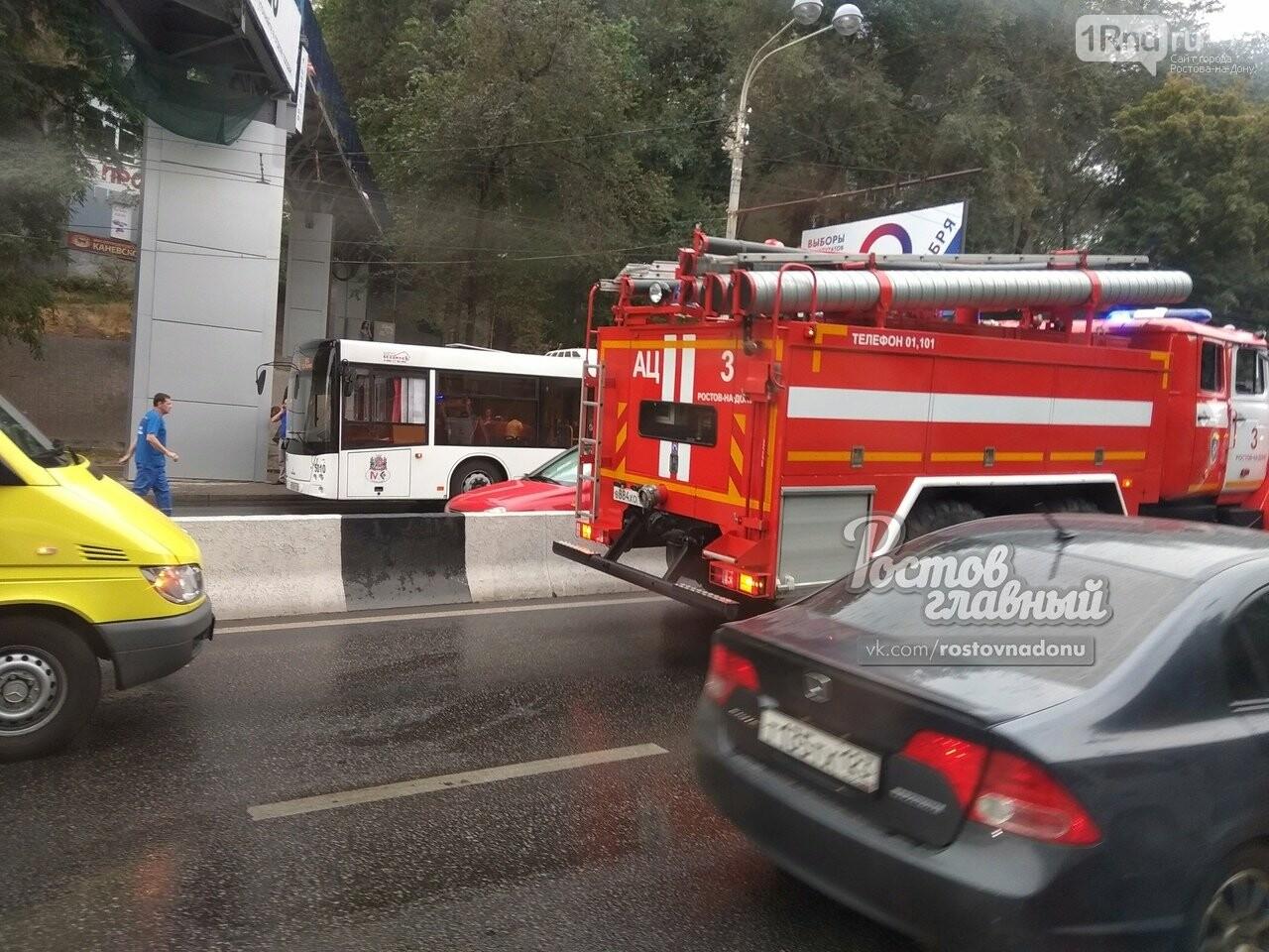 В Ростове маршрутка врезалась в стоящий на остановке автобус, фото-2