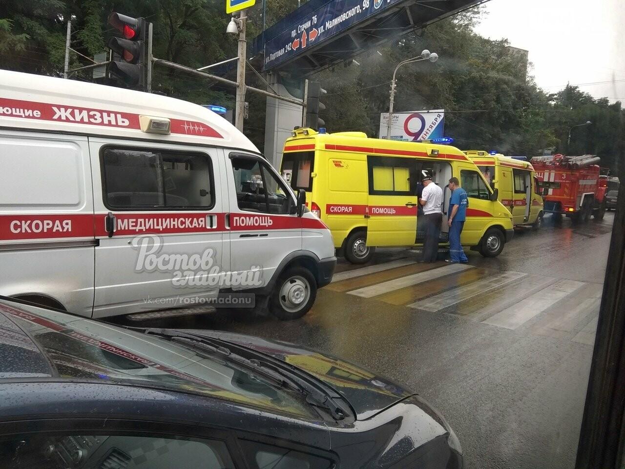 В Ростове маршрутка врезалась в стоящий на остановке автобус, фото-3