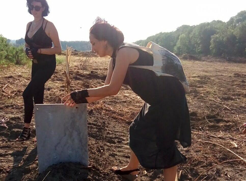 Закладка камня с элементами похорон: акция против вырубки Александровской рощи прошла в Ростове, фото-1
