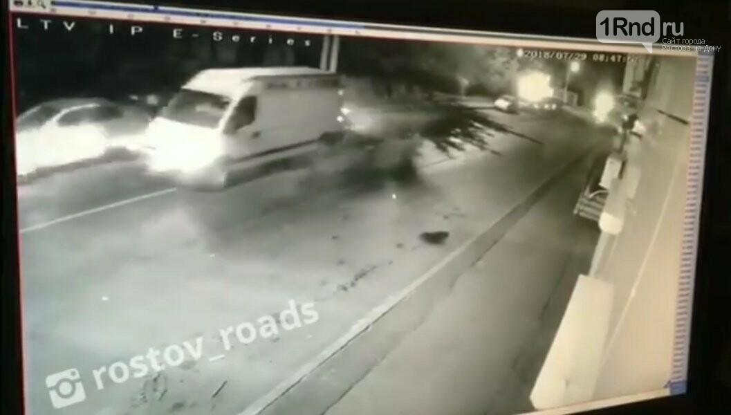 В Ростове фургон снес несколько машин и уехал, фото-1