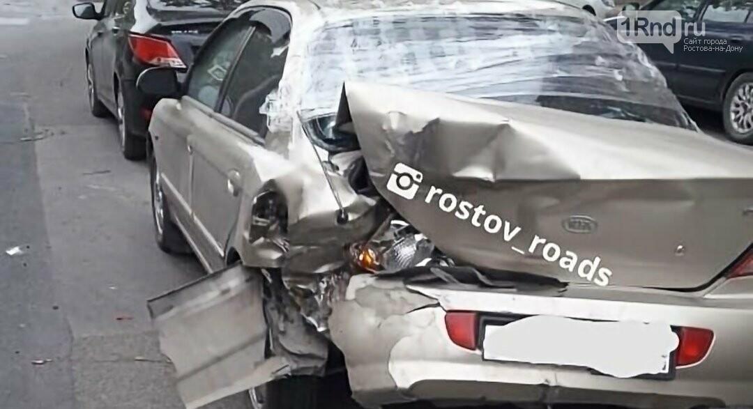 В Ростове фургон снес несколько машин и уехал, фото-2