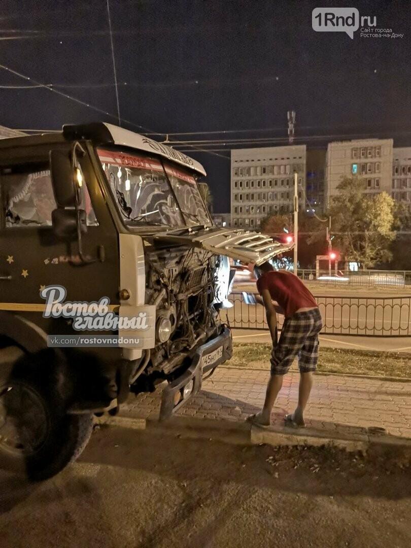 Отказали тормоза: в Ростове КАМАЗ снес забор и вылетел на тротуар, фото-1