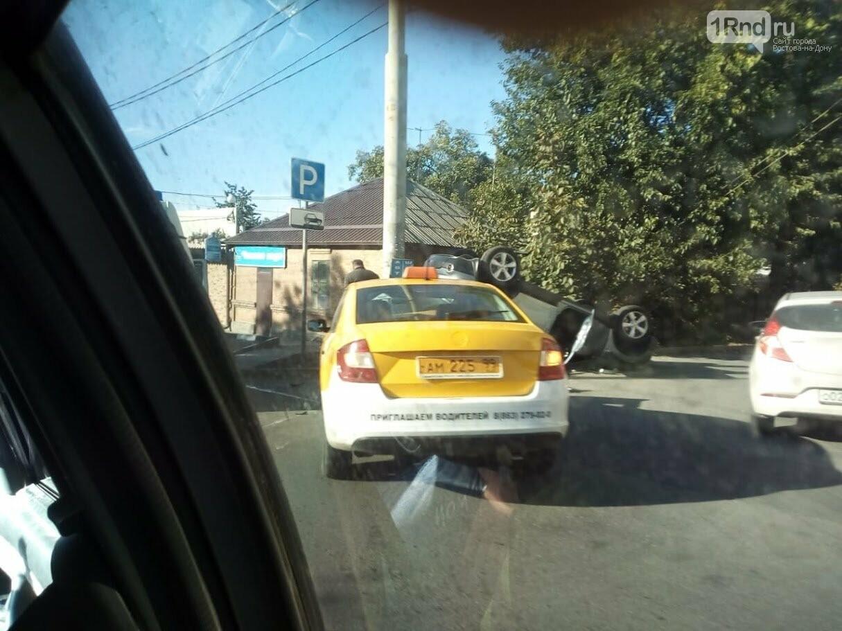 Машина перевернулась после столкновения с такси в Ростове, фото-1