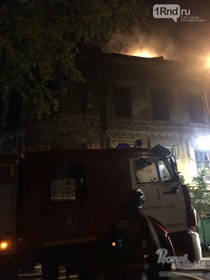 Два человека пострадали при пожаре в старинном доме в центре Ростова, фото-1