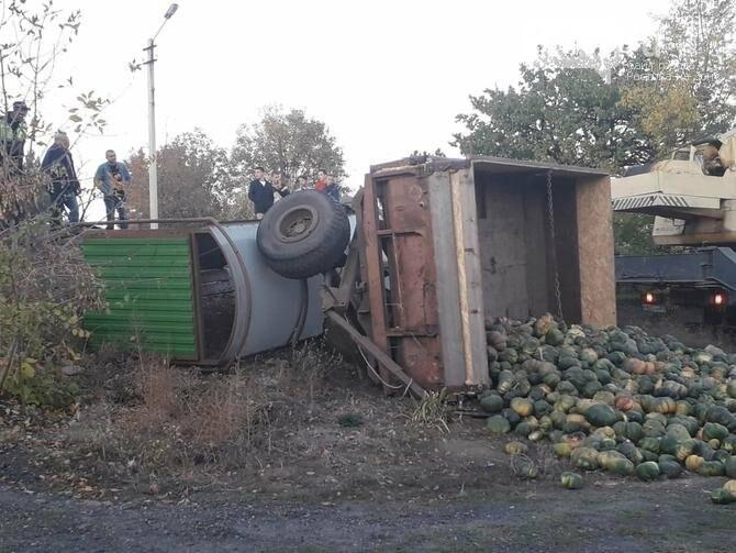 http://novostdon.ru/news/media/2018/10/15/traktor-s-lafetom-v-donetske-snes-ostanovku/