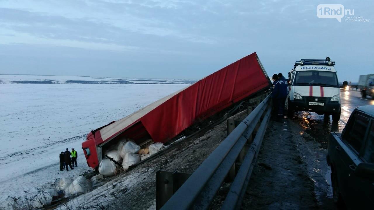 На трассе М-4 «Дон» спасатели вытащили фуру, улетевшую в кювет, фото-1