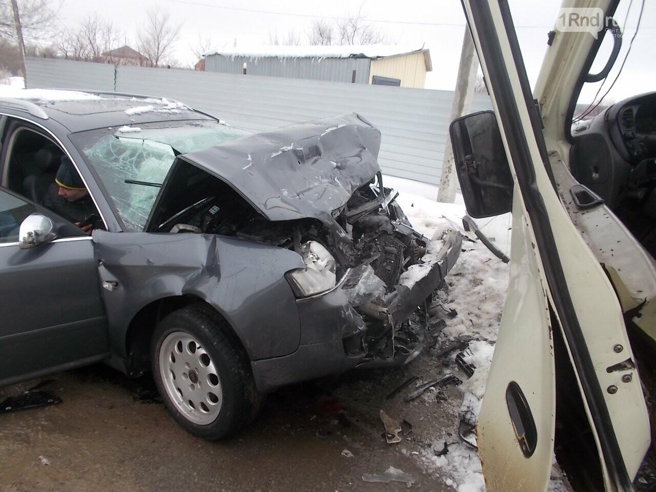 В Ростовской области в ДТП иномарки и микроавтобуса пострадали три человека, фото-1