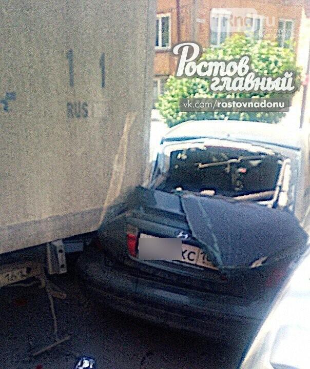 В Ростове грузовик наехал на четыре автомобиля, фото-1