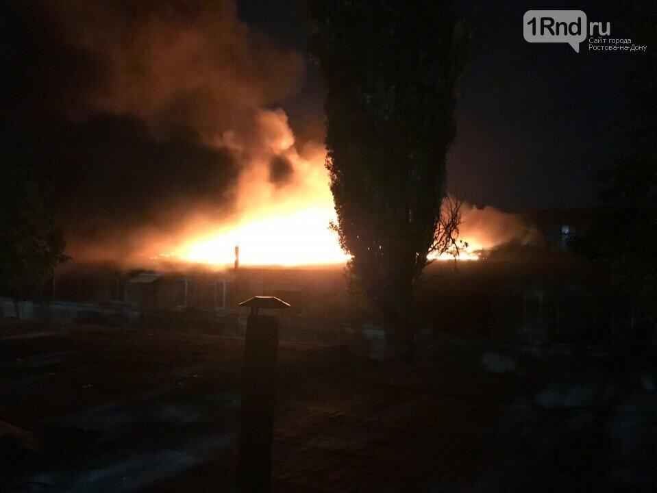 В Таганроге потушили крупный пожар на складе бывшего хлебозавода, фото-1