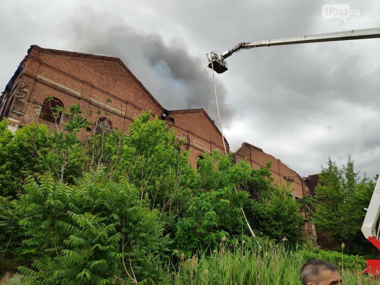 В Таганроге горит заброшенное здание, фото-1