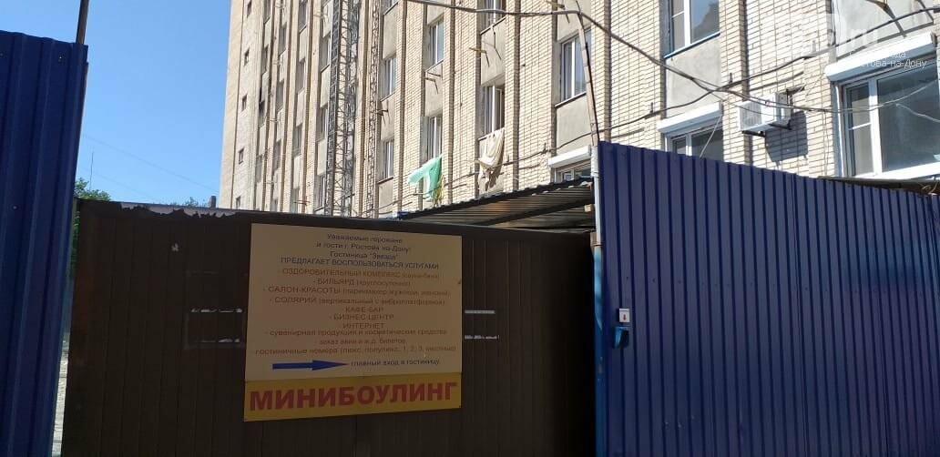 В ростовской гостинице «Звезда» рабочие выбрасывают строительный мусор из окон номеров, фото-1