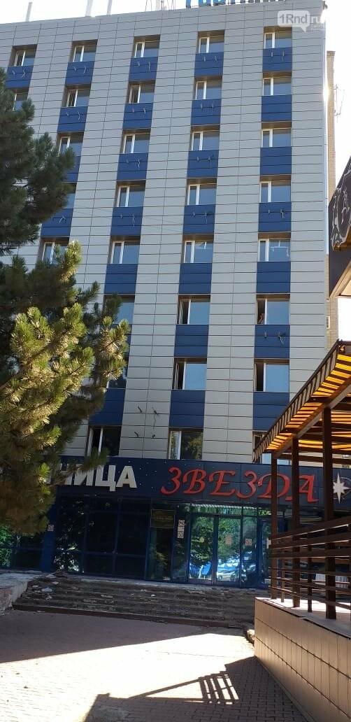 В ростовской гостинице «Звезда» рабочие выбрасывают строительный мусор из окон номеров, фото-3