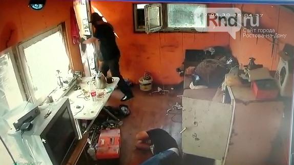 В Ростове вооруженный мужчина ограбил кассира базы металлолома, фото-2