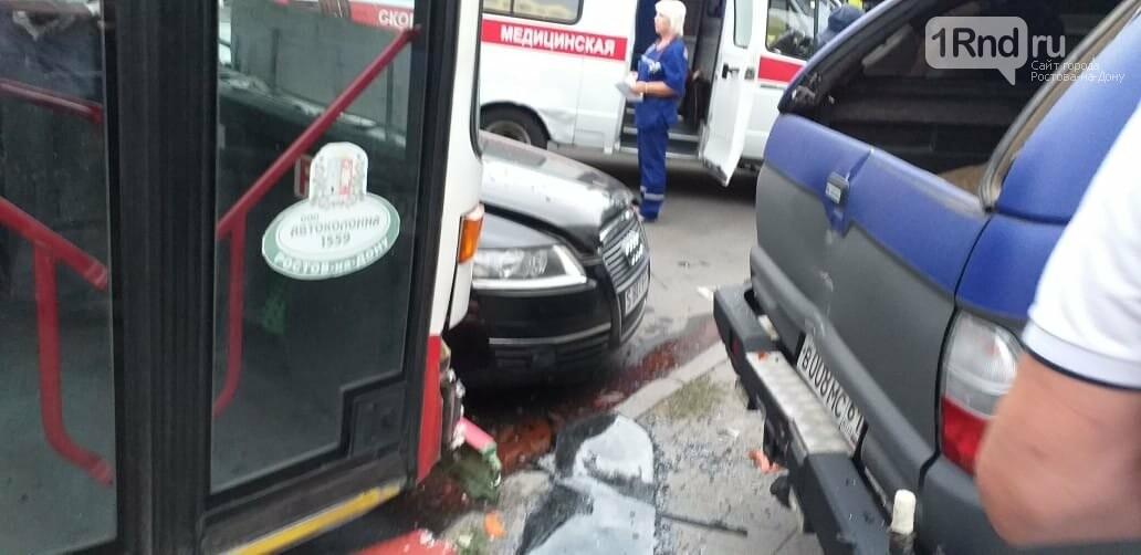 Машина с иностранными номерами протаранила автобус в центре Ростова, фото-1