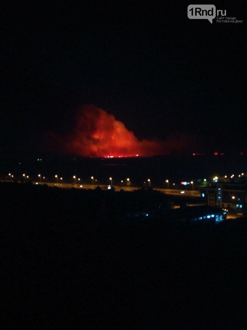 В Батайске горит сухостой на Солёном озере, фото-1