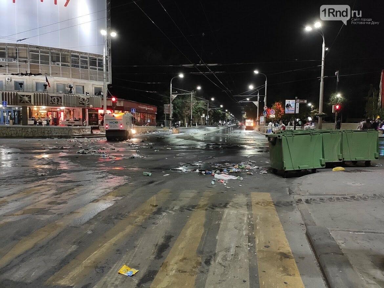 Мусор исчезает в полночь: как убирают Театральную площадь после Дня города, фото-1