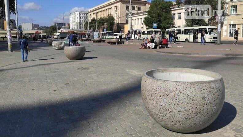 Те же кадки, только в профиль: как благоустраивают Соборную площадь Ростова, фото-1