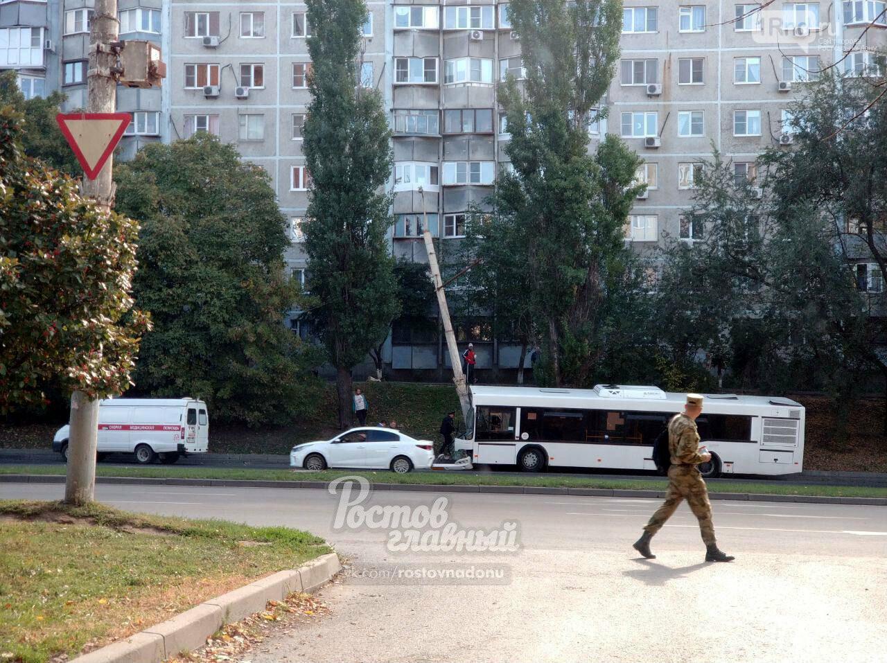 В Ростове автобус с пассажирами врезался в столб, фото-1