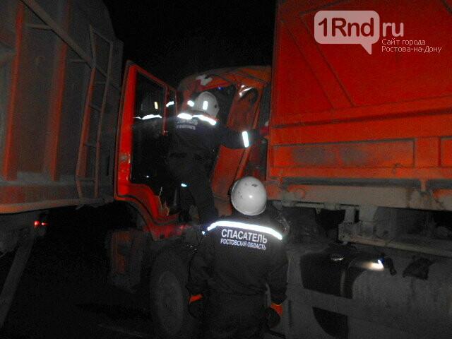 В Ростовской области после столкновения двух КАМАЗов водителя зажало в кабине, фото-1