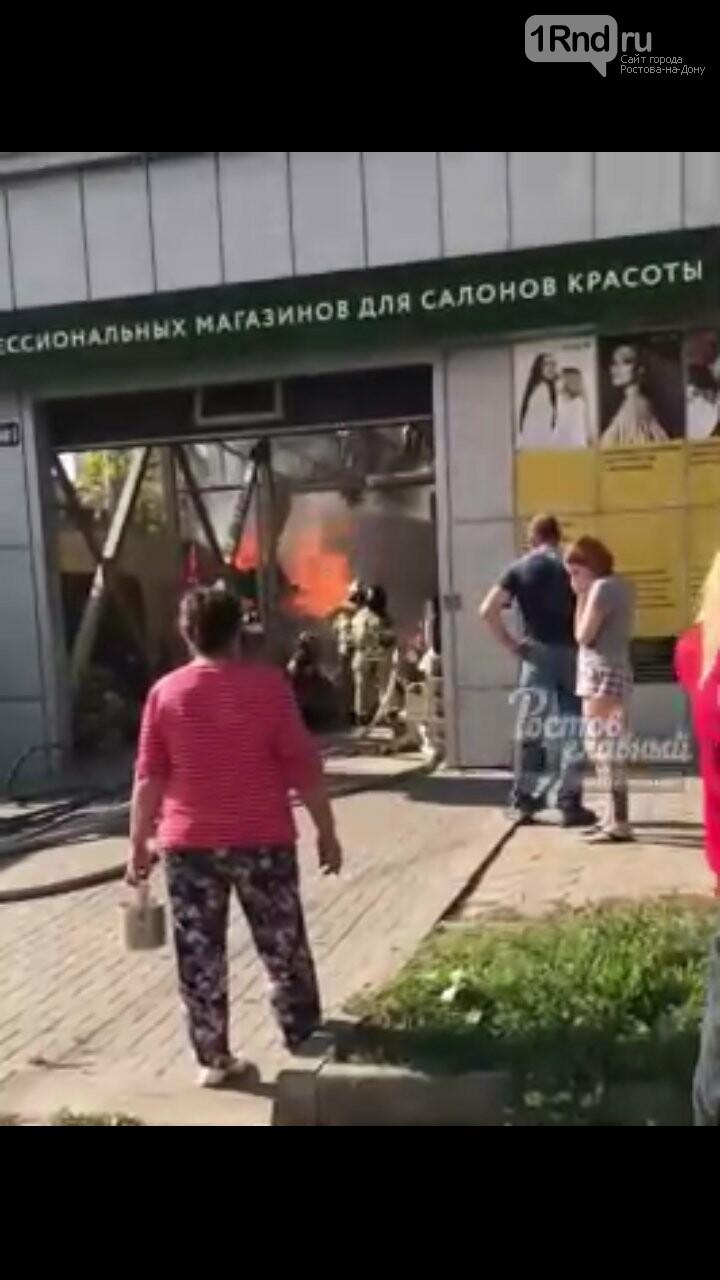 В Ростове загорелся магазин  продукции для парикмахерских, фото-1