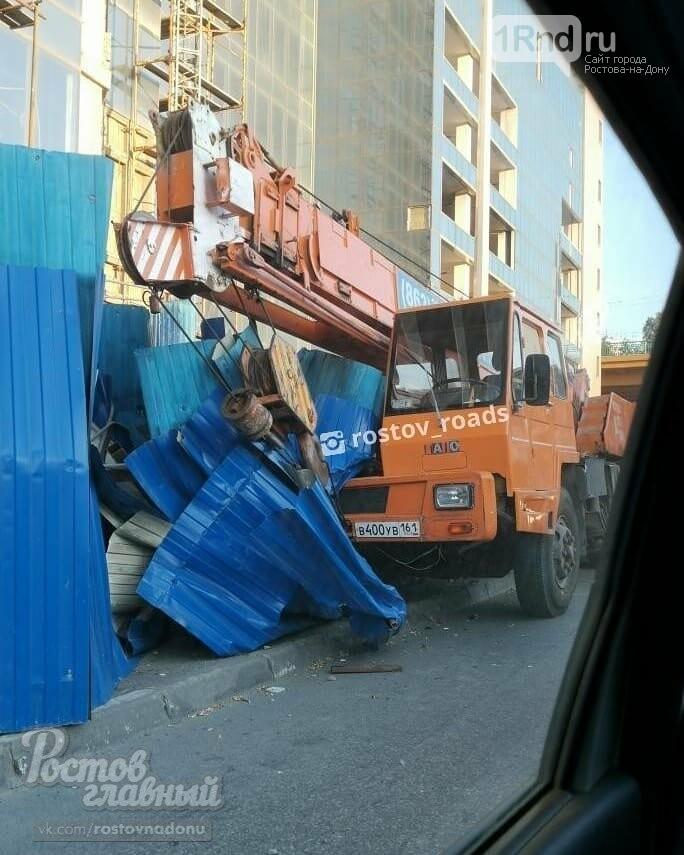В Ростове автокран снес забор у недостроенного отеля, фото-3