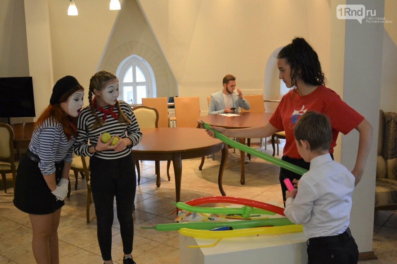В Ростове прошла выставка работ особенных детей «Мир в красках» , фото-1