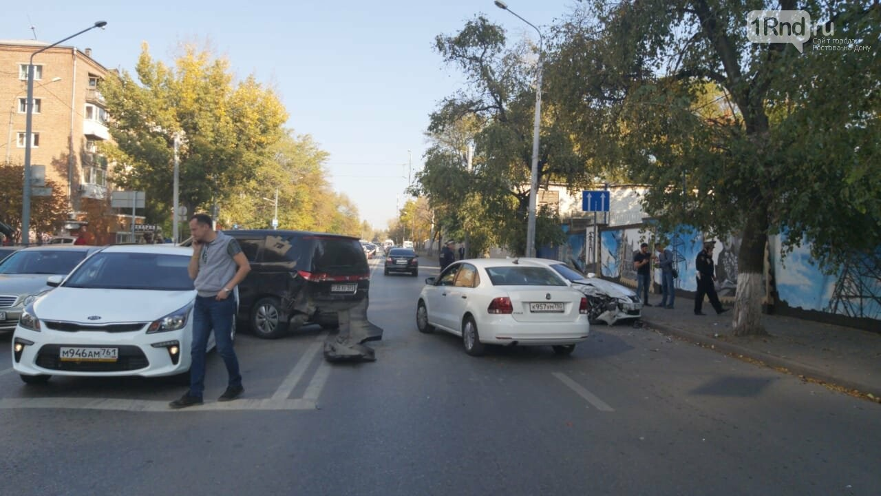 Движение в районе ЦГБ Ростова затруднено из-за массового ДТП, фото-1