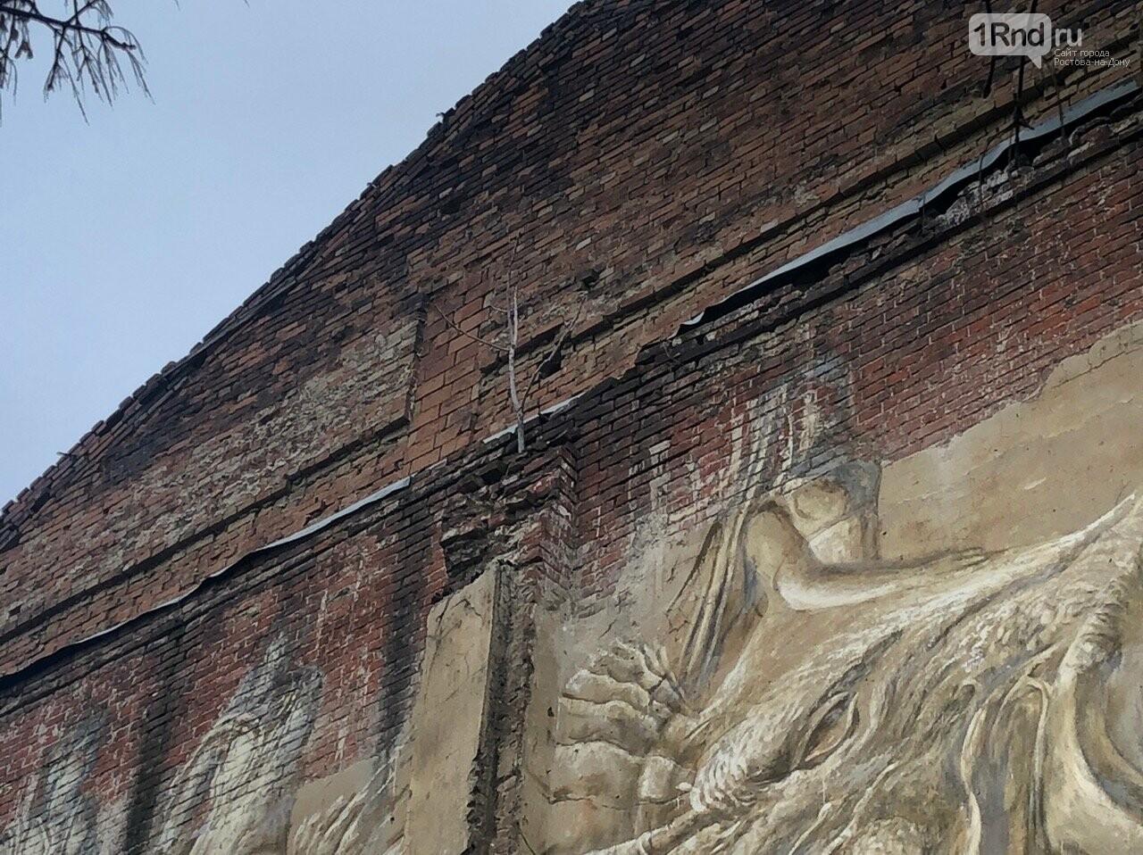 В Ростове на стене разрушенного дома появилась фреска с античными музами, фото-2