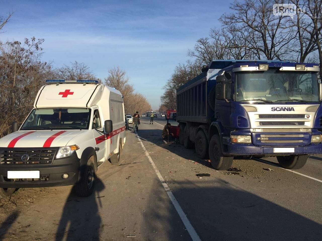 Один человек погиб в массовом ДТП с грузовиком и автобусом на трассе Ростов — Волгодонск, фото-1