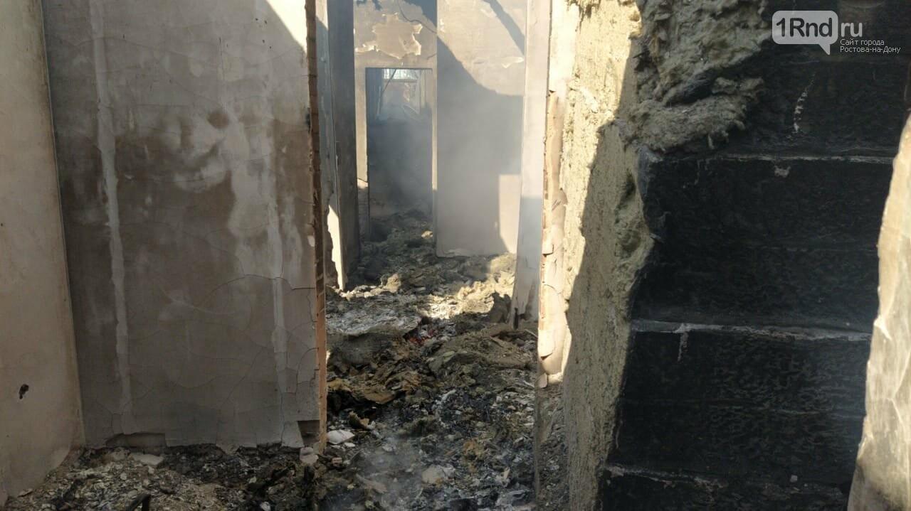 В Ростове недалеко от Суворовского загорелась трава, огонь перекинулся на постройки, фото-3