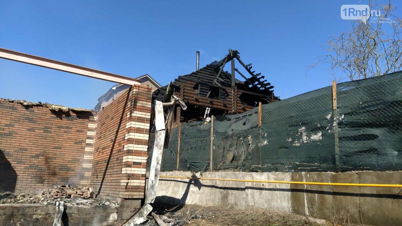 В Ростове недалеко от Суворовского загорелась трава, огонь перекинулся на постройки, фото-2