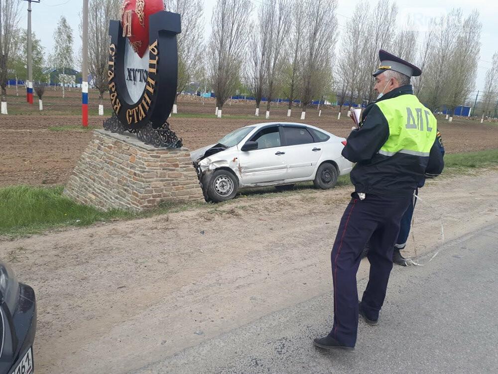 В Ростовской области Lada Granta влетела в станичную стелу, фото-1