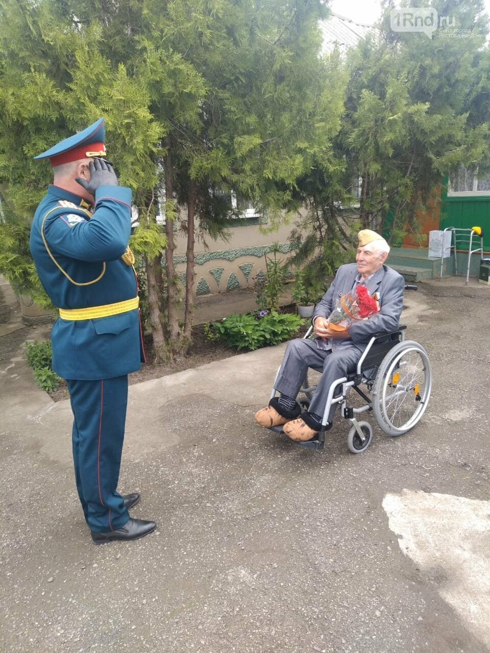 В Сальске поздравить ветерана военком приехал на ГАЗике времён ВОВ, фото-1