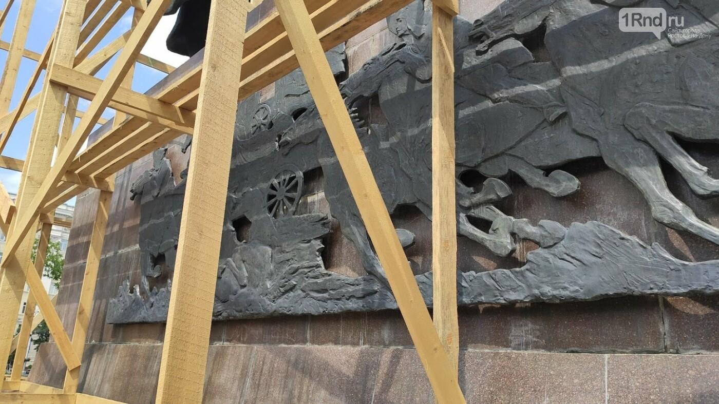 Памятник первоконникам на площади Советов