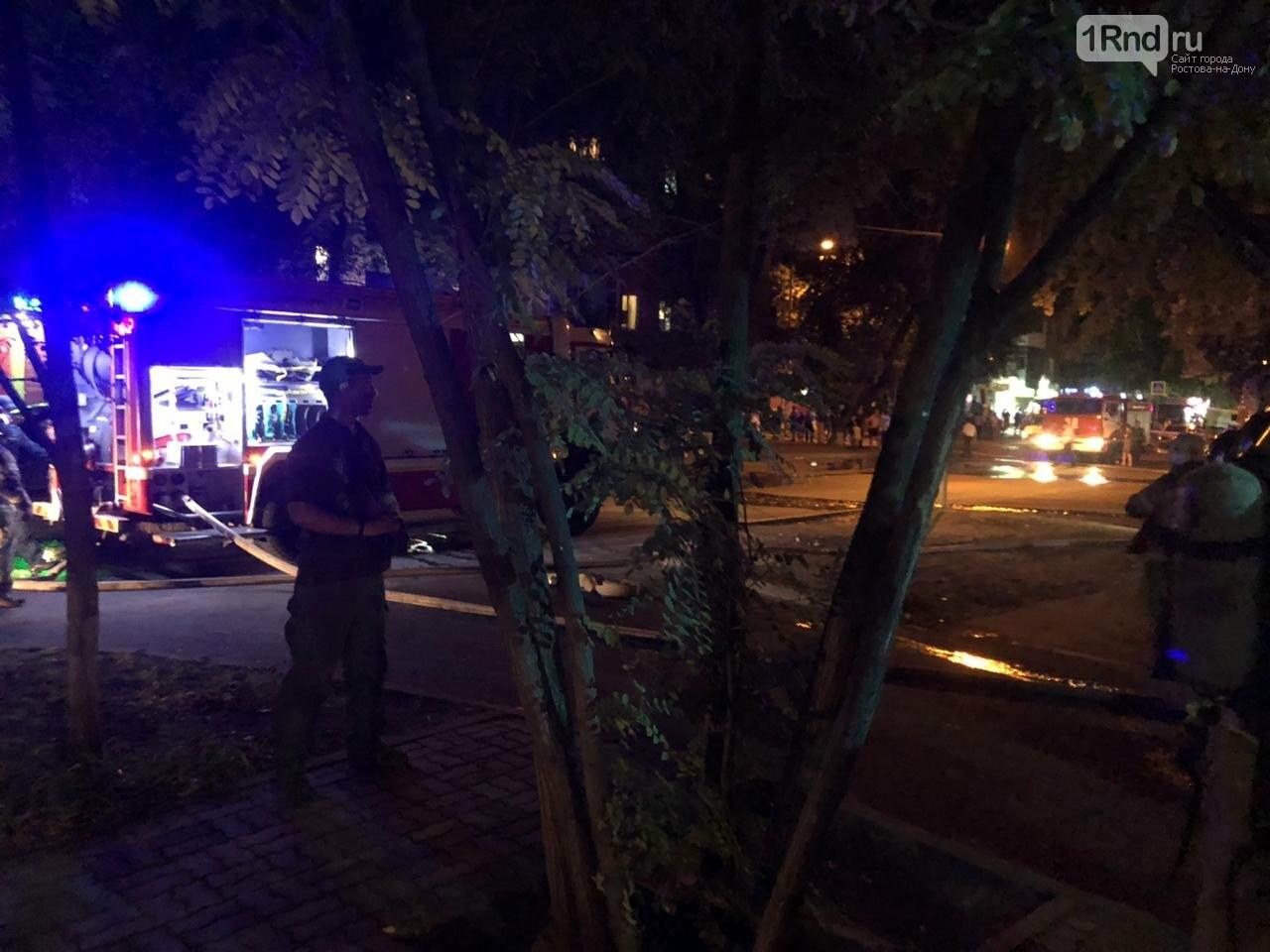 В центре Ростова тушат крупный пожар в аварийном здании, фото-3