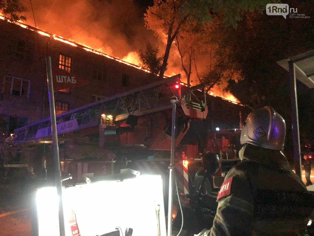 В центре Ростова тушат крупный пожар в аварийном здании, фото-1